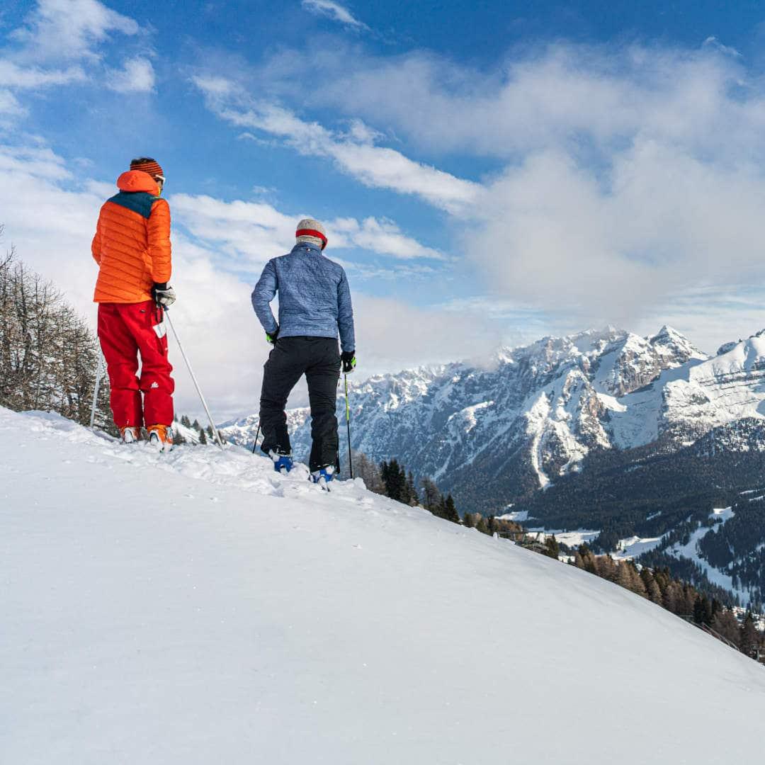 sciatori su pista innevata