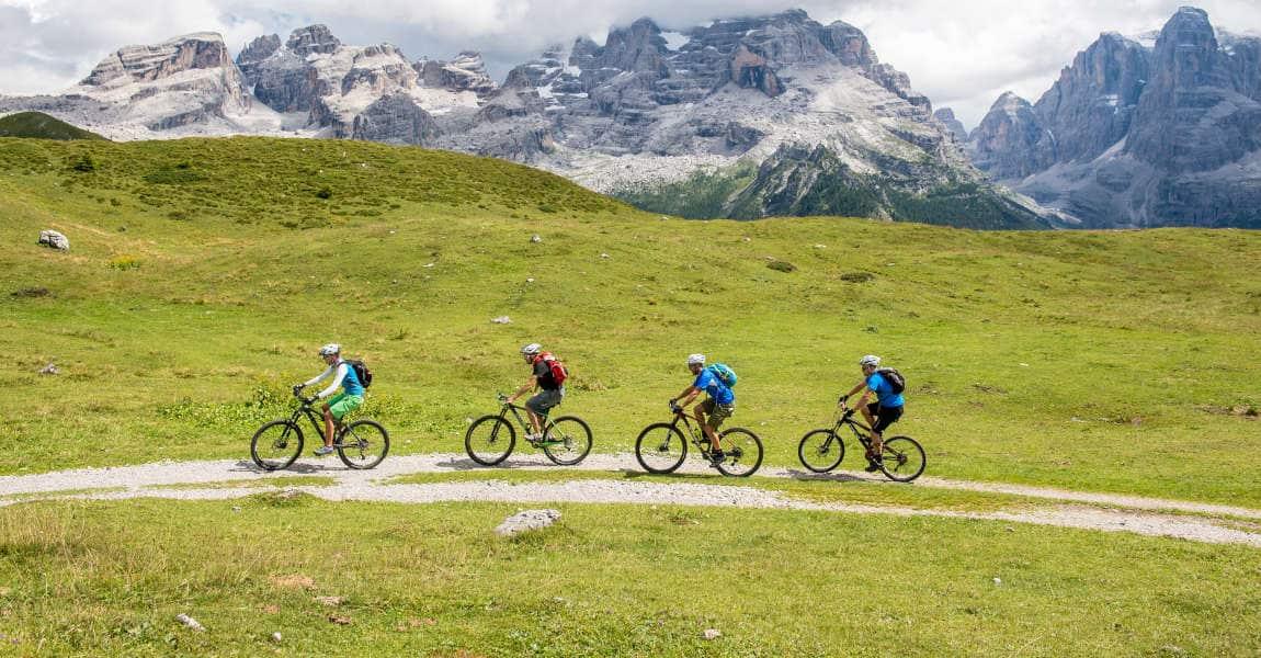 gruppo di persone in bici in montagna