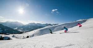sciatori su pista da sci in val gardena