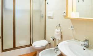bagno appartamento con giardino residence Ambiez di Residence Hotels