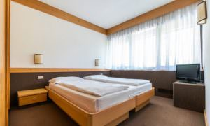 camera da letto appartamento con giardino residence Ambiez di Residence Hotels