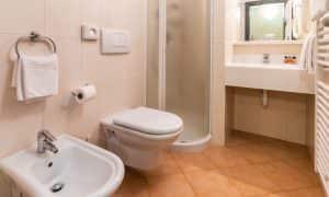 bagno appartamento per 3 persone Ambiez Residence Hotels