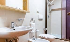 bagno monolocale piano giardino residence Ambiez di Residence Hotels