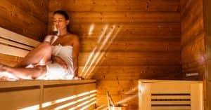 donna nella sauna Alpine Oasi Wellness