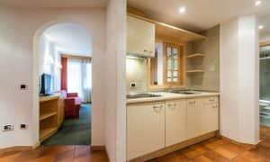 cucina appartamento con 2 camere e balcone