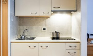cucina monolocale family con giardino
