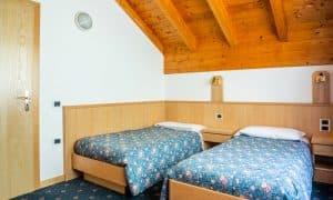 camera con due letti in appartamento su due livelli