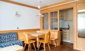 soggiorno con vista cucina monolocale con balcone
