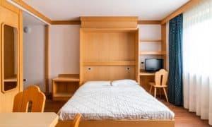 soggiorno con letto a scomparsa