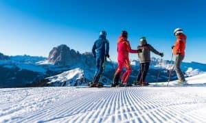 sciatori su pista vista dolomiti val gardena
