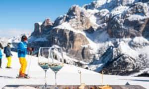 bicchieri di vino sciatori vista dolomiti val gardena