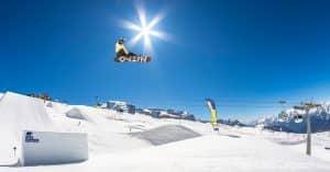 snowborder salto rampa snowpark campiglio