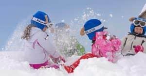 bambine giocano neve