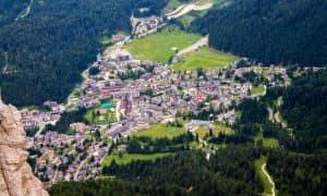 Vista aerea sul paese di San Martino di Castrozza ai piedi delle Pale di San Martino